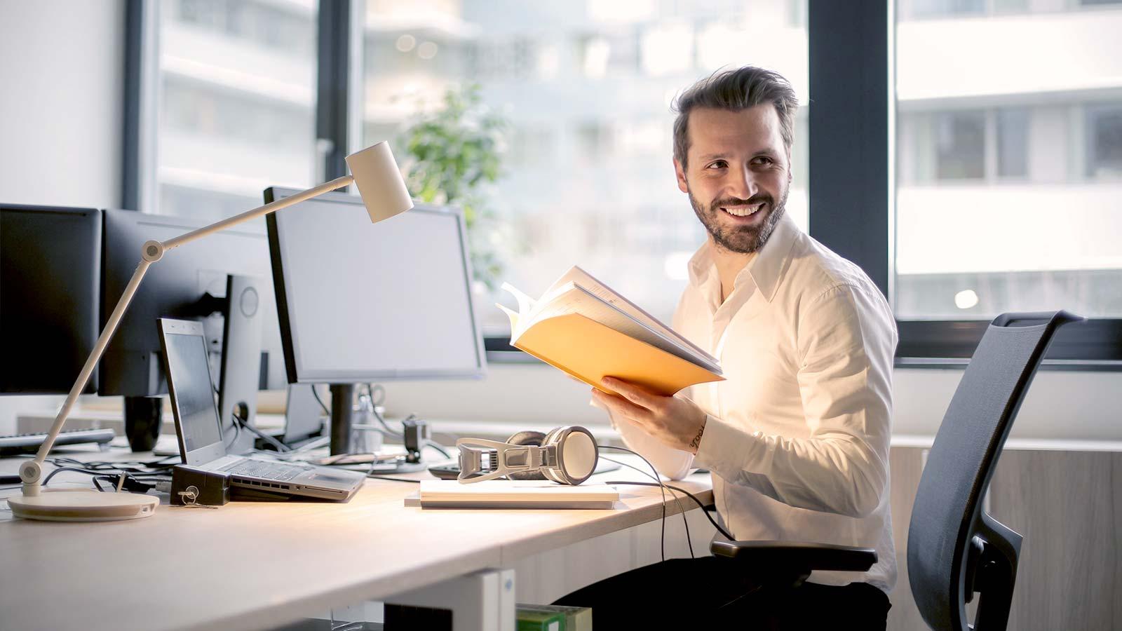 Mężczyzna w pracy przy biurku